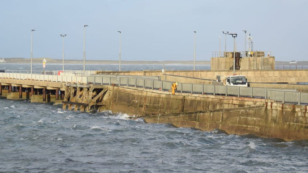 Contractors working on Tiree's pier in winds gusting over 50mph
