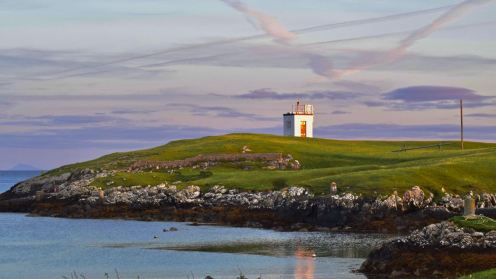 Scarinish harbour and lighthouse