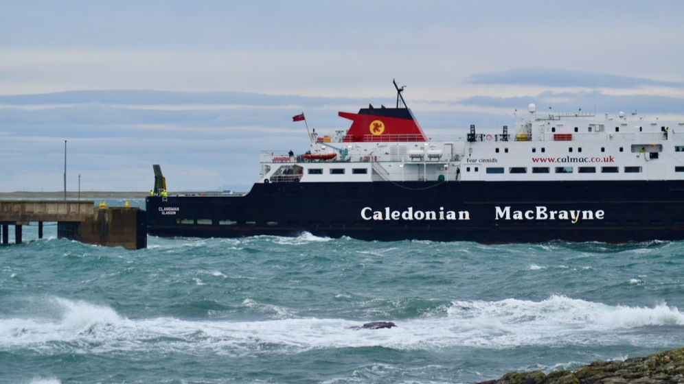 MV Clansman cautiously proceeds towards the pier and linkspan